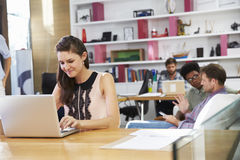 Onderneemster Working On Laptop in Bezig Bureau stock foto