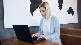 Onderneemster Working On Laptop in Koffiewinkel stock videobeelden