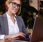 Onderneemster Working On Laptop in Koffiewinkel Jonge zaken w Stock Afbeeldingen