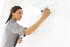 Onderneemster Writing On Whiteboard in Bureau royalty-vrije stock foto