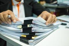 Onderneemsterhanden die aan Stapels documentendossiers werken voor vin Stock Fotografie