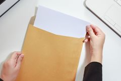 Onderneemsterhanden die het lege document in envelop houden - busine Royalty-vrije Stock Afbeelding