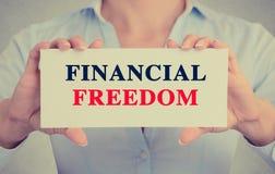 Onderneemsterhanden die kaartteken met Financieel vrijheidsbericht houden Stock Afbeeldingen