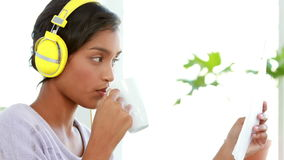Onderneemsterlezing terwijl het luisteren aan muziek stock video