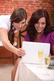 Onderneemsters bij restaurant royalty-vrije stock foto's