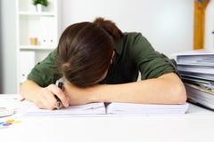 Onderneemsters in bureau worden overgewerkt dat Bedrijfs financiënconcept stock afbeelding