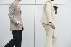 Onderneemsters die met cellphones lopen. royalty-vrije stock foto