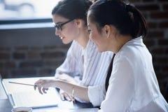 Onderneemsters die nieuw businessplan samen bespreken Royalty-vrije Stock Afbeelding