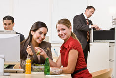 Onderneemsters die salade voor lunch eten Stock Foto