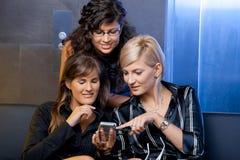 Onderneemsters die slimme telefoon bekijken royalty-vrije stock fotografie