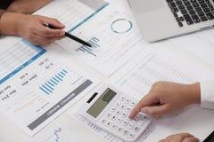Onderneemsters die in van de de bedrijfs brainstormingsboekhouding van het bureaugroepswerk concept samenwerken royalty-vrije stock afbeeldingen