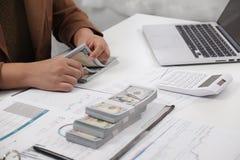 Onderneemsters vrouwelijke accountant die in bureauzaken werken die financiële werkplaats rekenschap geven stock foto's