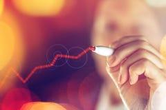 Onderneemstertekening het toenemen grafiek voor positieve bedrijfsresultaten Stock Foto's