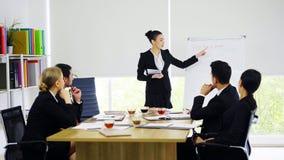Onderneemstertribune en het voorstellen aan collega's in vergaderzaal stock fotografie