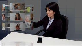 Onderneemsterzitting bij bureau en het scrollen door toepassingen stock footage