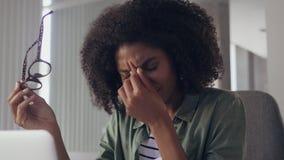 Onderneemsterzitting in bureau, die een hoofdpijn hebben stock videobeelden