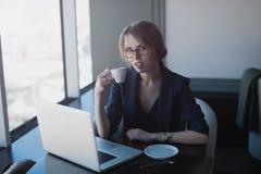 Onderneemsterzitting in koffie Royalty-vrije Stock Afbeeldingen