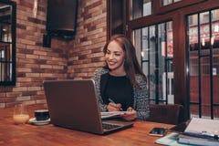 Ondernemer die online met laptop werken stock foto's