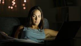 Ondernemer die online recente uren in de nacht werken stock video