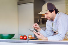 Ondernemer die zijn telefoon in zijn meeneemvoedselbox met behulp van royalty-vrije stock afbeeldingen