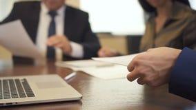Ondernemer en rijpe zakenman die contract op bureau ondertekenen stock videobeelden