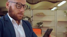 Ondernemer het scrollen het aanrakingsscherm op cellulair stock video