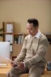 Ondernemer met tablet Royalty-vrije Stock Afbeeldingen