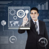 Ondernemer wat betreft toestel om zaken te controleren Stock Afbeelding