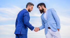 Ondernemers die de succesvolle overeenkomst van het handensymbool schudden Transactie van de partner de bevestigende overeenkomst stock afbeeldingen