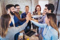 Ondernemers en bedrijfsmensen die doelstellingen bereiken royalty-vrije stock afbeeldingen