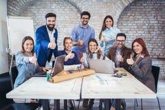 Ondernemers en het bedrijfsmensen tonen beduimelt omhoog royalty-vrije stock afbeelding