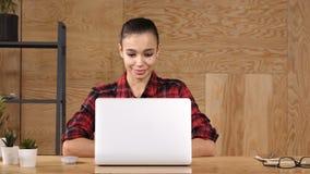 Ondernemersvrouw die op iets op laptop en het glimlachen letten stock video