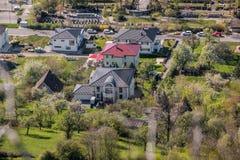 Onderscheidde weinig dorp met aardige kleine huizen in het midden van het Duitse platteland met tuinen, bomen en weiden royalty-vrije stock foto's