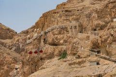 Onderstel van Verleiding in de woestijn met een kabelwagen en Monas royalty-vrije stock foto