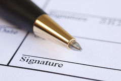 Onderteken de naam op een document Royalty-vrije Stock Foto's