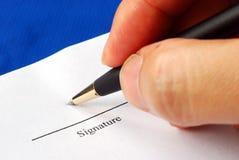 Onderteken de naam op een document met een pen Royalty-vrije Stock Foto