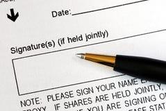 Onderteken een wettelijk document Royalty-vrije Stock Foto's