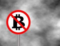 Onderteken Geen die Bitcoin op grijze hemelachtergrond wordt geïsoleerd Het teken van het verbodsbeeldverhaal Toegestaan niet Tek Royalty-vrije Stock Afbeelding