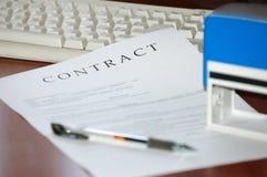 Ondertekend en gestempeld contract stock afbeelding