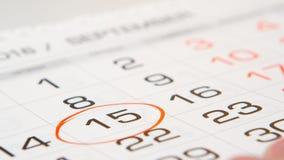 Ondertekende een dag op een kalender door rode pen Stock Afbeeldingen