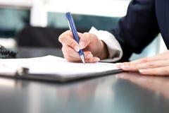 Ondertekening van het document Royalty-vrije Stock Afbeeldingen