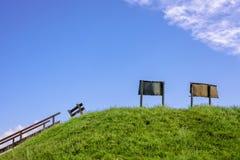 Blauwe hemel met tekens en een bank Royalty-vrije Stock Foto's