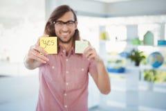Ondertekent de zelfklevende nota van de Hipsterholding met ja Stock Foto