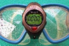 Onderwater chronometer en masker stock fotografie