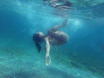 Onderwater duiken van de vrouw Stock Foto's