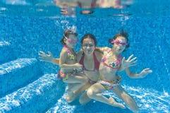Onderwater familie in zwembad royalty-vrije stock afbeelding