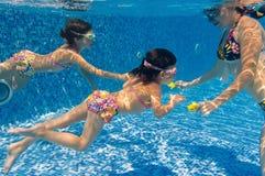 Onderwater familie in zwembad Stock Foto