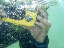 Onderwater-fotograaf Duiker die een foto nemen onderwater Oceaan stock foto