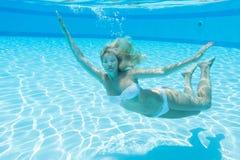Onderwater mooi meisje met gesloten ogen stock afbeeldingen