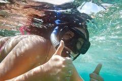 Onderwater portret dat van vrouw snorkelt Stock Fotografie